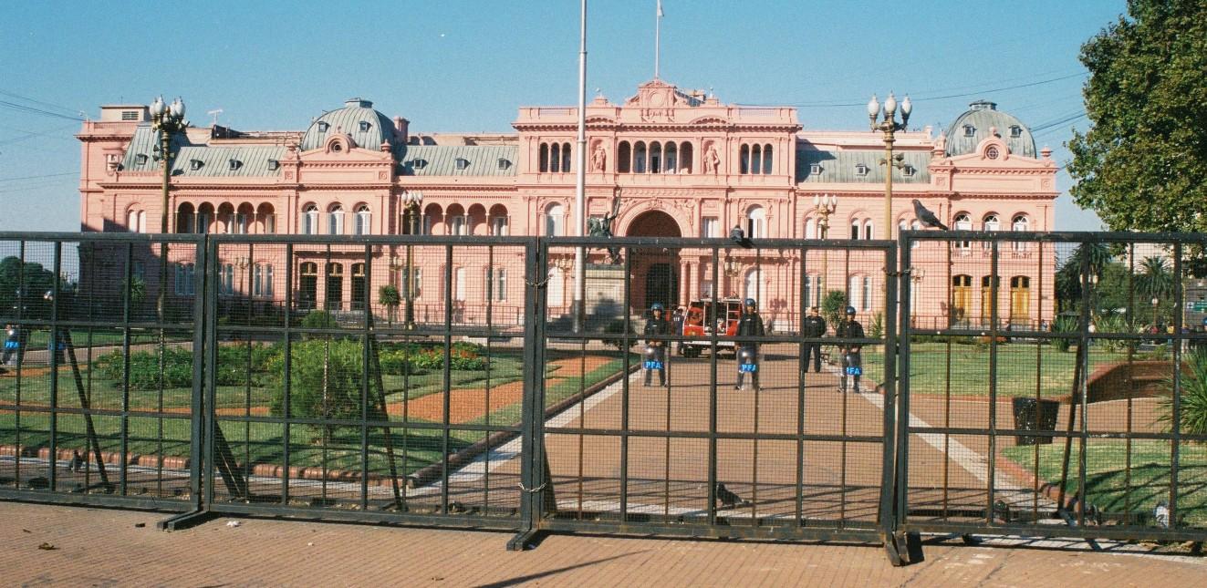 casa rosada behind fence with guards 2003