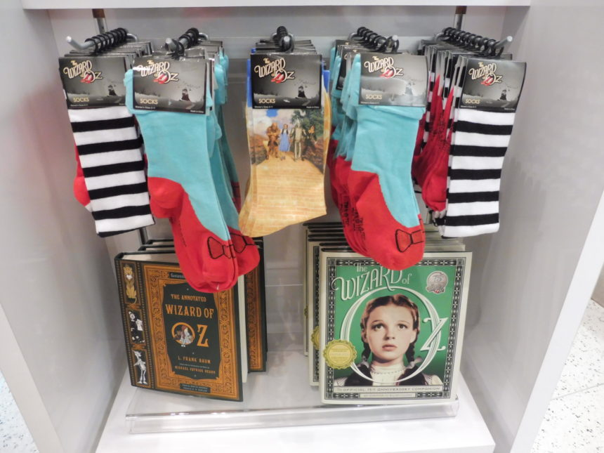 USA - The Wizard of Oz - socks and books
